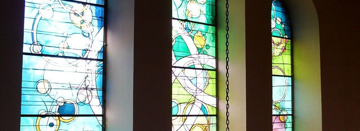 1500x630-creation-vitraux-d-art-eglise-protestante-schweighouse-sur-moder-modern-plom-vitrail-contemporain-religieux-1500x430